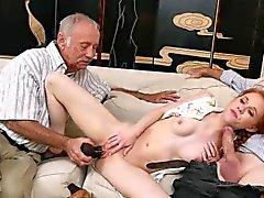 Carrello poco sbattuto con vecchio uomo che ha preso di Viagra