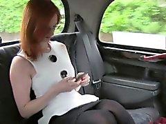 Redhead blinka fitta i en brittisk fake taxi