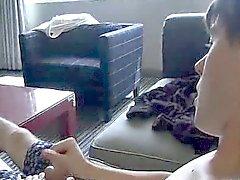 Amatörsex bulten Utställningar hans fötter samt fjantar IT- på soffan