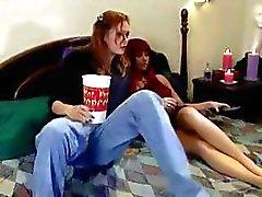 Hot Lezzie böjer henne rödhårig lesbisk kitty vän ner lågt och gör henne med en strap -on