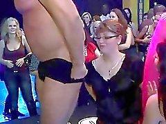 Toneladas de sexo em grupo na pista de dança