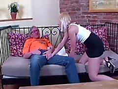 Homem idoso fode com a menina loura