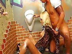 Masturberen blonde besproeid met bukkake