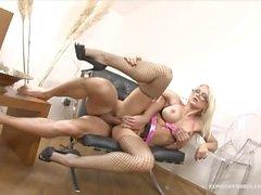 Büyük Boobed Blonde Milf Stacy Kedi ile Dolması Her Pussies Gets