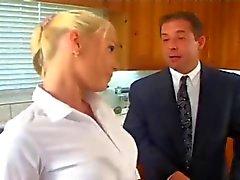 Kinky mari encule à la gardienne blonds