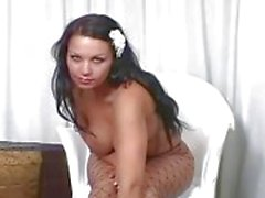 Booty grande del brunette presa in giro a fencenet collant