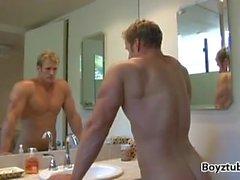 Blond Gott Nate Christianson nach dem Training Pose und Dusche