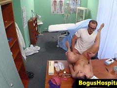 Bigtitted europatient reiän työstö poraamalla lääkäriisi