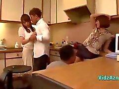 2 азиатских девочки сосание Кокс берет у 2 ребятам в кухне и в площ