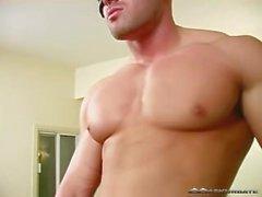 Max zeigt off Muskelkörper