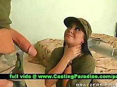 Jackie Daniels gagging riesigen Schwanz in der Armee