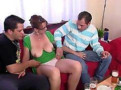 3some caldi con il pulcino matura dopo un paio delle birre
