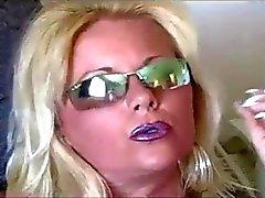 Hete Blonde MILF Roken in kousen en hakken