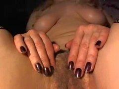 Unghie dipinte Upclose sfregamenti fiche pelose e il il clitoride