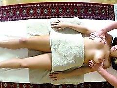 Armen Kunden knallte sowie Massage-Tisch klopfte