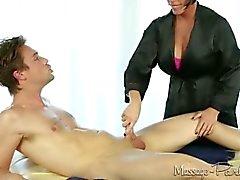 Shay Fox Massagen und nimmt eine Last