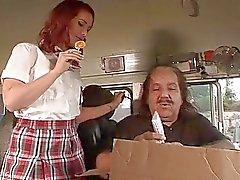 Randy teen redhead får suger bussförare lollipop