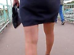 Menina em meias com costura vai no andar de cima