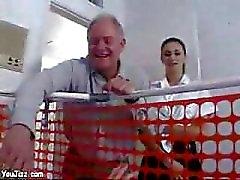 Echt sexy Babysitterin bumst diesem Mann Säuglingen zu großer Schwanz MILF Muschi