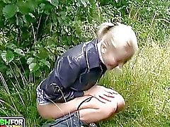 Unga amatör blonda chick suger enorma boner utomhus