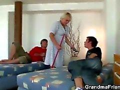 Deux, Garçons, bang, très, vieux, nettoyage, femme
