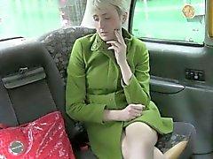 Polluelo caliente Adulto jodido por conducir falsa al asiento trasero