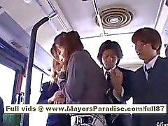 Nao Yoshizaki sexy asiatisk tonårsbrud på bussen