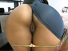 Chick extiende su culo en la cámara