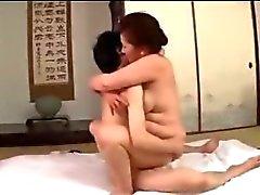 Grasso Mature Woman ottenere la sua Hairy Pussy scopata da giovane ragazzo Cum Al Tettone sul materasso A La stanza