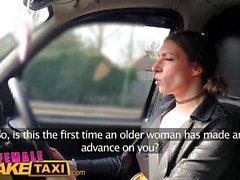Driver femminile sexy falso Taxi ottiene qualche cazzo studente