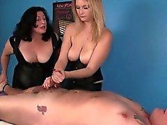 Le duo de masseuse Busty en action de bdsm à de Fatman