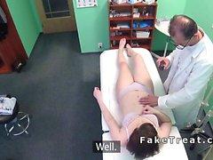 Lääkäriisi nuolee sekä bangs vaalea potilas