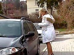 Blondes Sekretär Mia. bekommt cum auf dem Gesicht