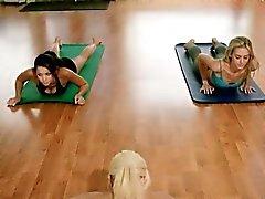 Yogaklasser med varma stora tuttar blondinen instruktör Khloe Terae