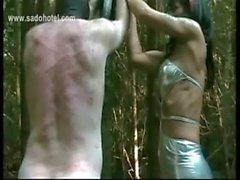 De escravos deixada suja amarrados a uma árvore estiver bater muito duro com um chicote por patroa excitado