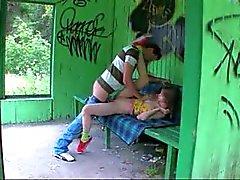 Notre premier grass rapports sexuels sur les poste de bus