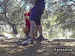 poli falso golpea joven latina en maderas