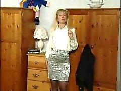 British MILF slampa Anna i några solo scener