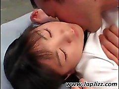 Asiatisk tjej leksaker själv och blir täckt i sperma innan jävla