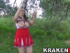 Krakenhot - Chubby cheerleader i underkastelse spel utomhus