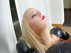 Muchacha adolescente rubia caliente látex de recibiendo un golpe