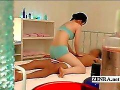 Petit masseuse Japanese uniforme de offre un handjob sensualité