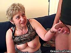 Bösen Großmutter spielt einen an ihrer Pussy findet dann zwei Hähne