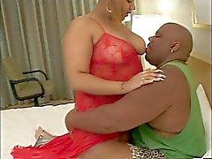 Garota negro e espesso grandes na roupa interior com mamas gigantes de adora boquete do seu homem