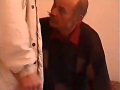 Oude man Moustachu geneukt door een twink