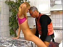 Teengirl alemão brincando com seu tio