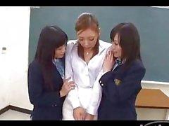 Professeur Mise en ses petits nichons frotté embrassant avec 2 élèves d'une classe