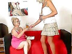 Wellendowed бабушки проходит сквозь MILF