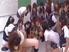 Trois Des écolières obtiennent leurs chattes Fucked En l'enseignant Last Girl Comment Ejaculation interne Et Squirting Bien Fingered autres filles les regarder en classe