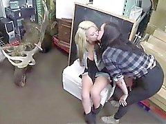 Lesbisches Paar filmten Küssen für Spielball bar